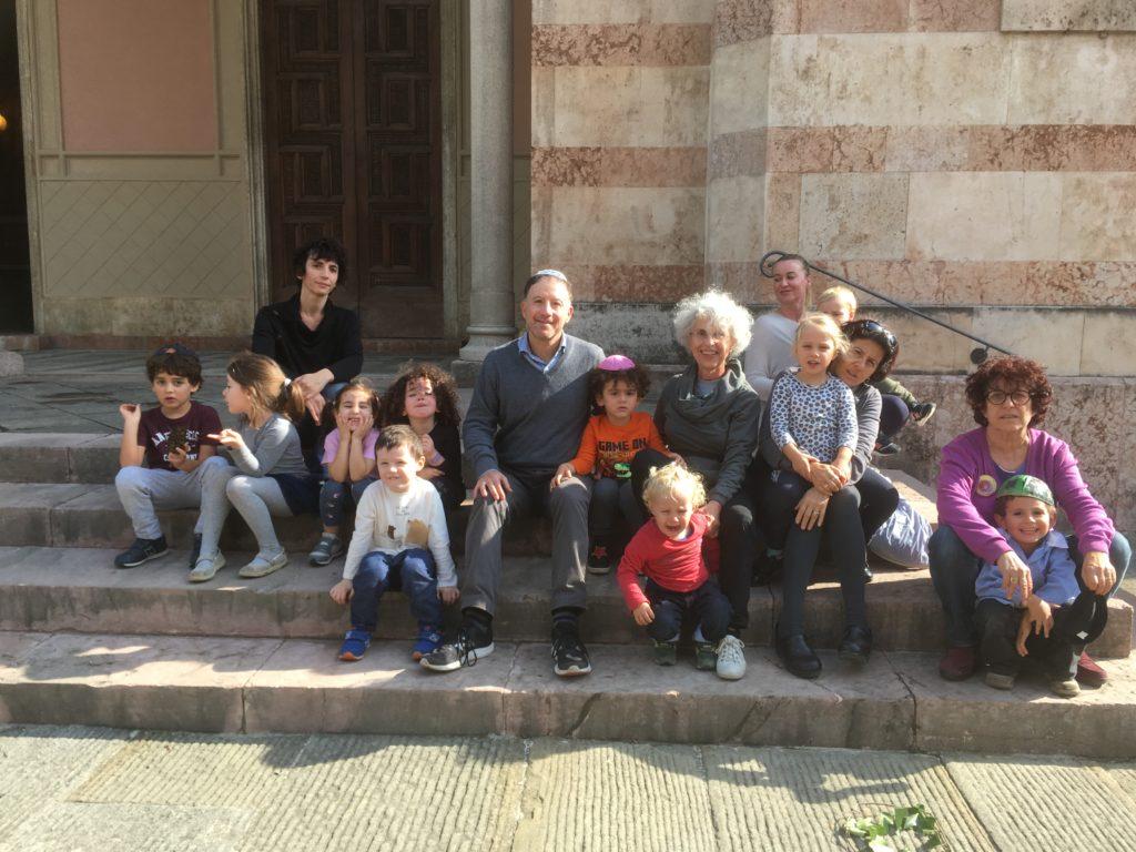 Insieme Nido Gam Gam e scuola Nathan Cassuto sui gradini della Sinagoga